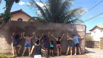 Amigos Se 'Rende' No Muro Para Uma Brincadeira De Verão, Confira!