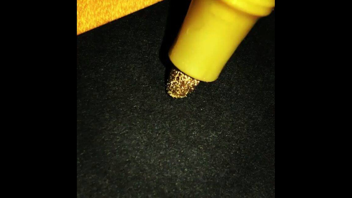 Caneta de ponta-grossa dourada