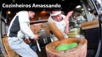 Cozinheiros Amassando A Massa Sincronizadamente De Forma Incrível!