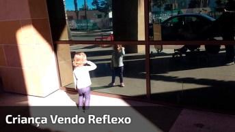 Criança Vibrando Com Seu Reflexo No Vidro, Muito Legal Esse Vídeo!