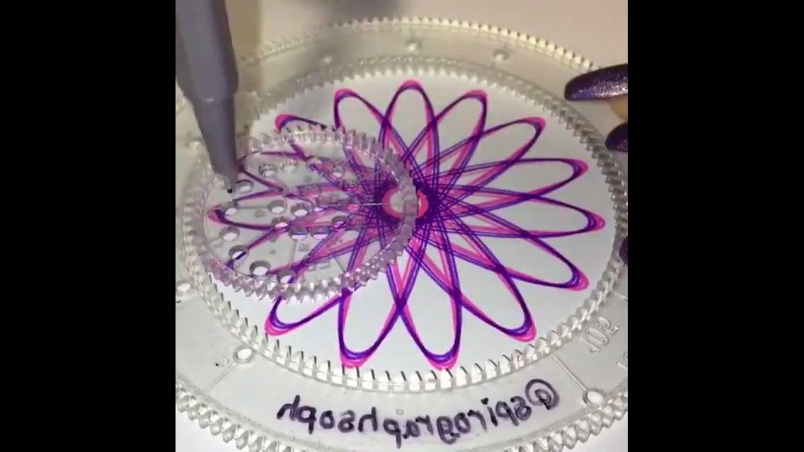Desenhando em círculo e criando uma obra de arte