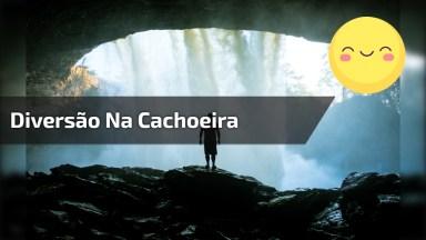 Galera Divertindo Em Cachoeira, Olha Só Que Legal Escorregar Nela!
