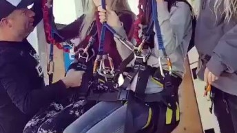 Garotas Saltando De Bungee Jump Duplo, Com A Melhor Amiga Da Menos Medo, Kkk!