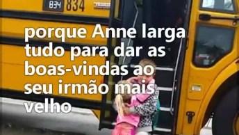 Garotinha Espera Irmão Chegar Da Escola Todos Os Dias, Olha Só Que Lindo!