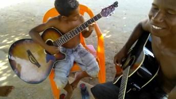 Garoto Tocando Violão, Esse Menino Tem Talento! Vale A Pena Conferir!