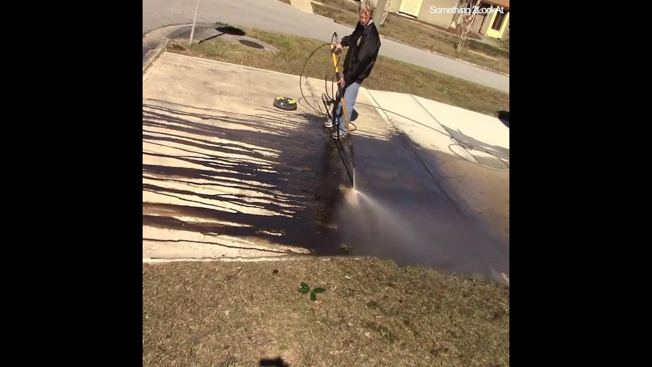 Imagens de uma pessoa lavando o quintal com uma máquina