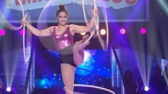 Moça Dançando Com Bambolê, Olha Só A Facilidade Dela Com O Objeto!