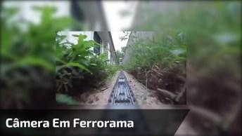 O Que Acontece Quando Coloca Uma Câmera Em Uma Miniatura De Trem?