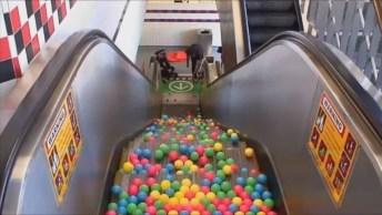 O Que Acontece Quando Você Vira Um Saco Cheio De Bolinhas Em Uma Escada Rolante!