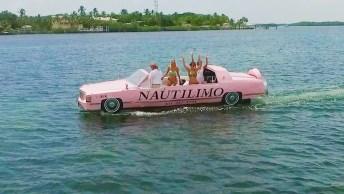 Olha Só Que Legal Este Cadillac Rosa Andando Sobre A Água!