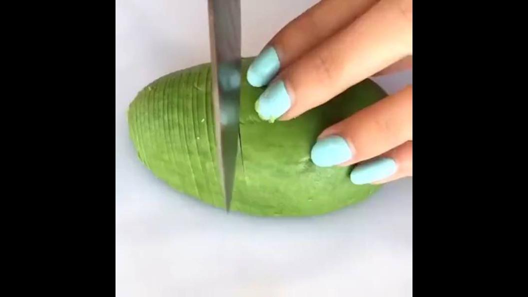 Olha só que legal este vídeo! Como fazer lindas rosas com frutas e legumes!!!
