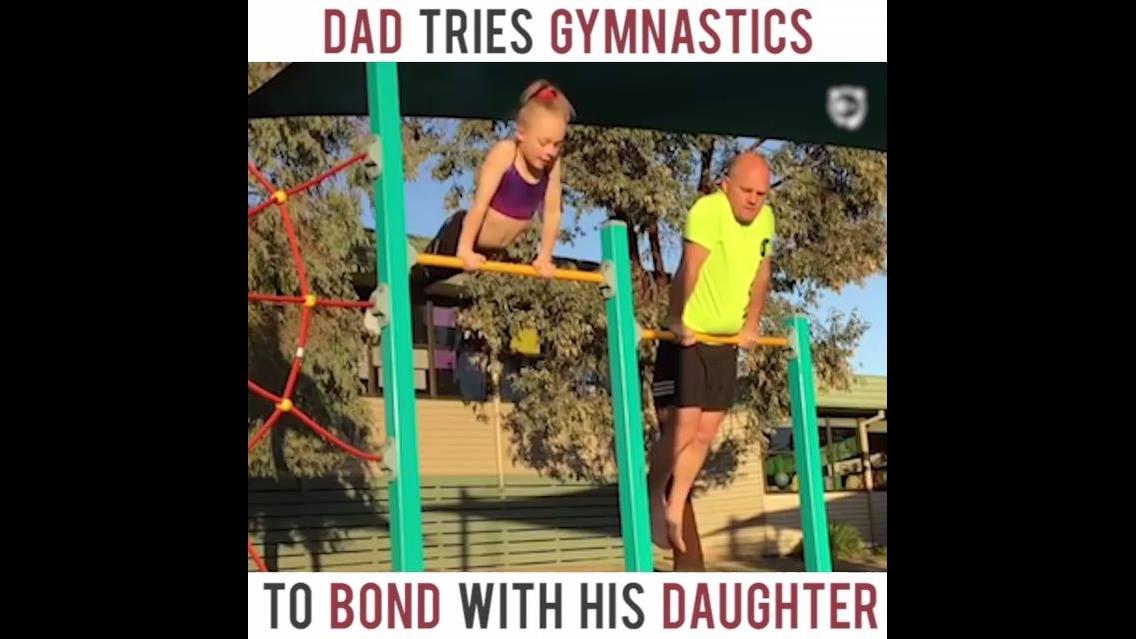 Pai tenta fazer todas as ginasticas que sua filha faz