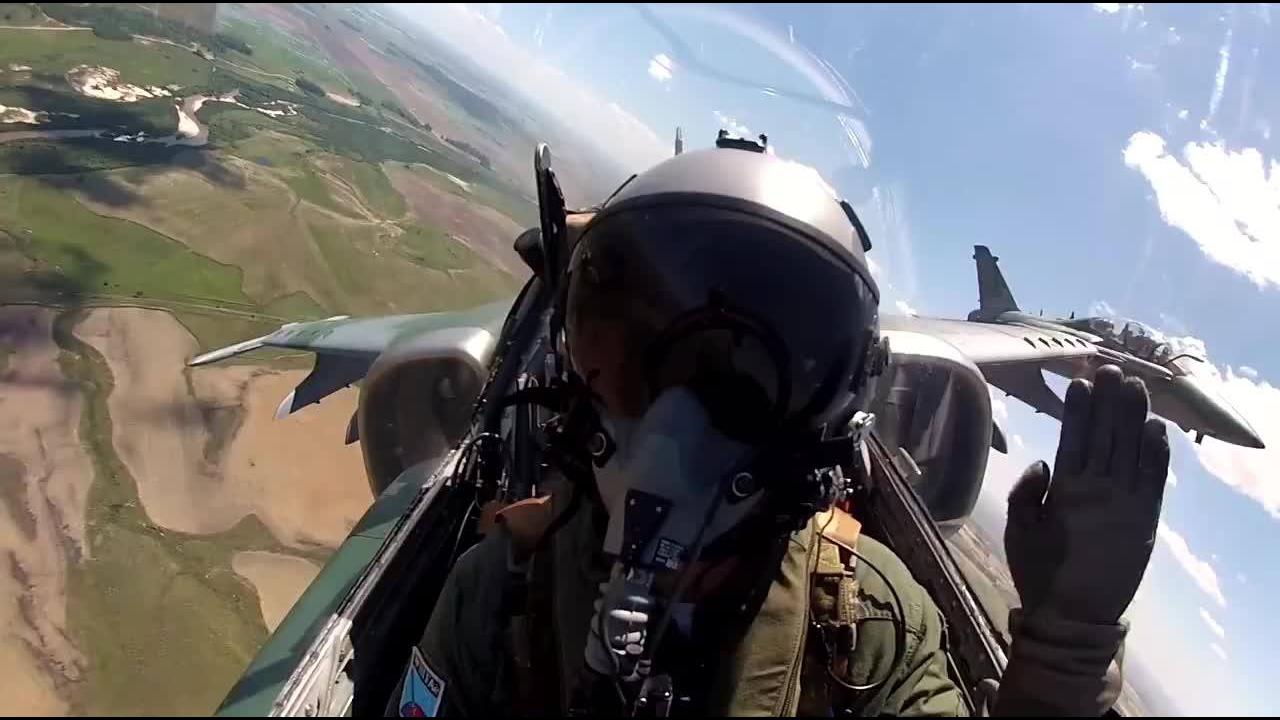 Pilotos da Caça brasileira voando pelo céu