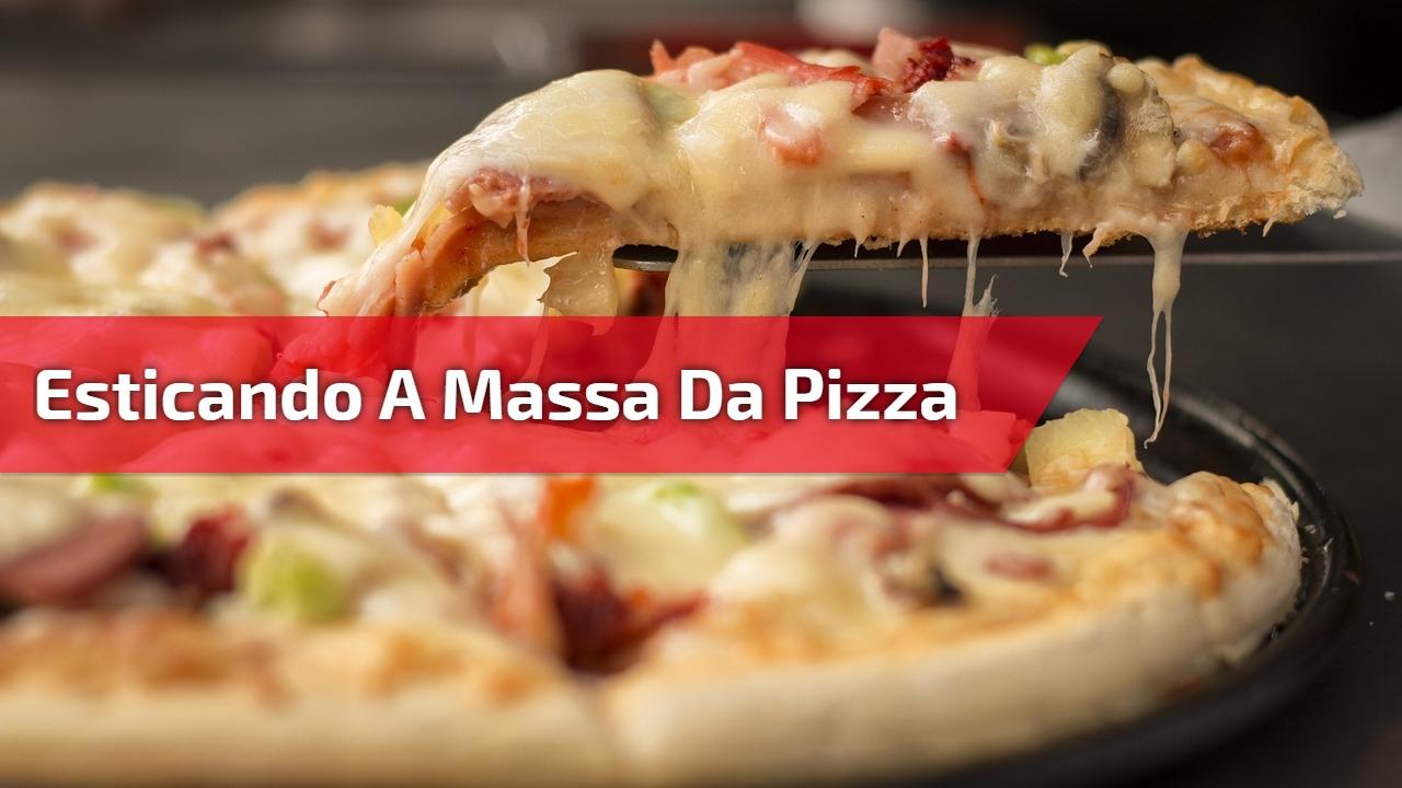 Esticando a massa da pizza