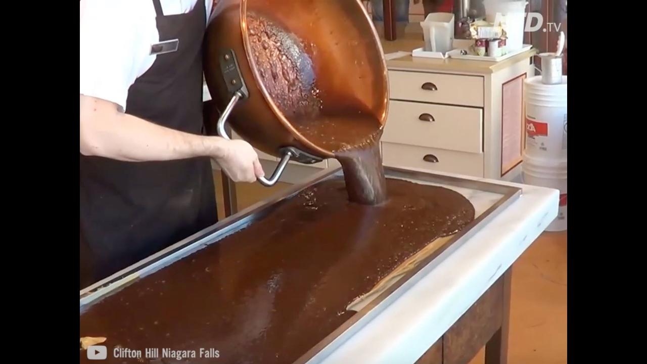 Processo de como fudge é feito na fábrica Fantasy Fudge no Clifton Hill