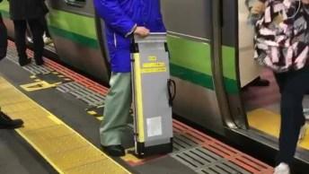 Quando Um Cadeirante Vai Usar O Trem Ou Metrô No Japão, Incrível!