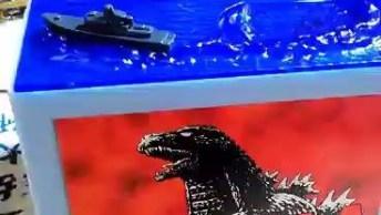 Que Cofrinho Mais Legal! Eu Quero Um, Ainda Mais Do Godzilla!