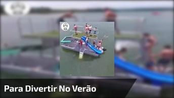 Um Barco Com Cama Elástica E Escorregador Para Divertir No Verão!