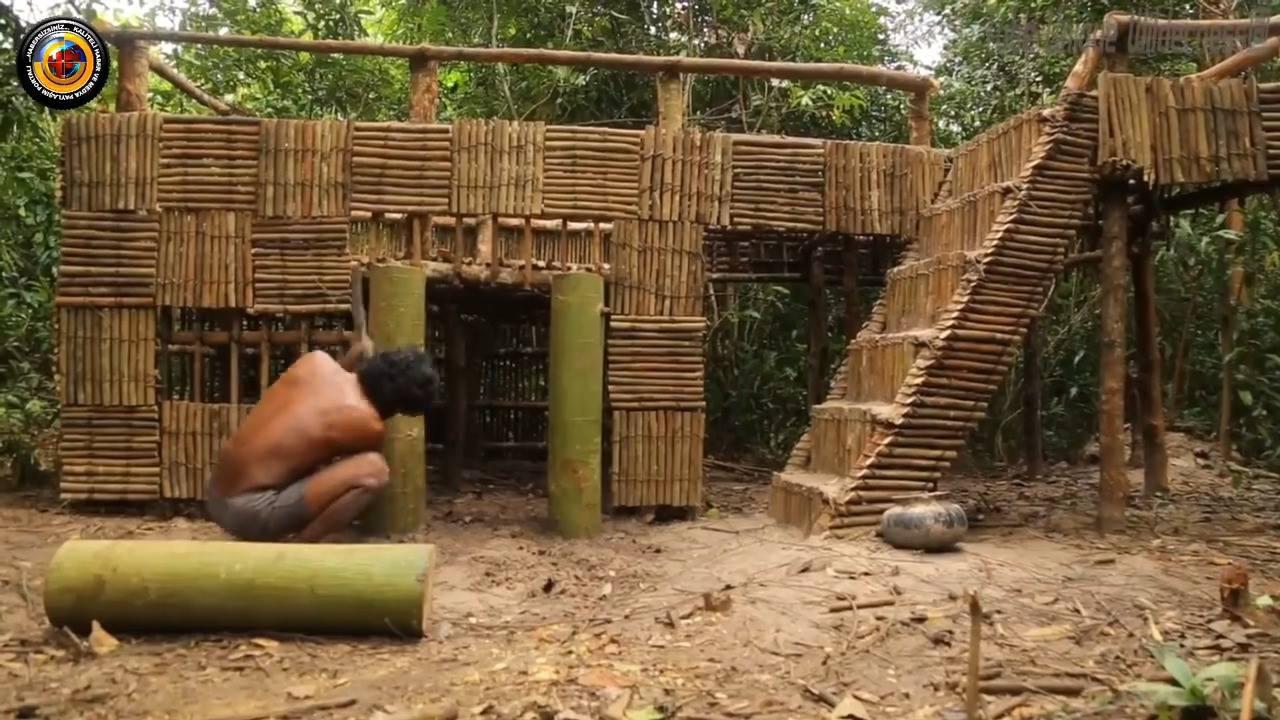 Um castelo construído com trabalho braçal e matéria prima da floresta