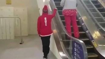 Veja Como Esse Rapaz Faz Para Subir A Escada Rolante, Sem Colocar Os Pés Nela!