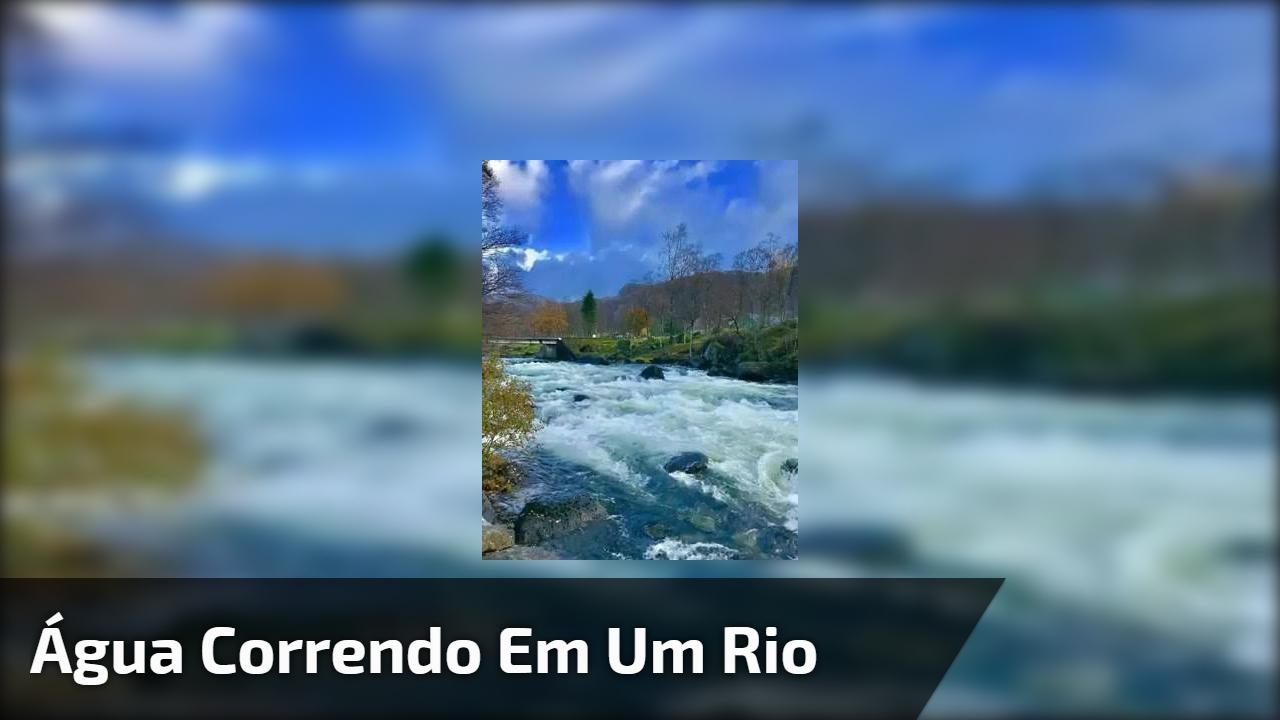 Água correndo em um rio