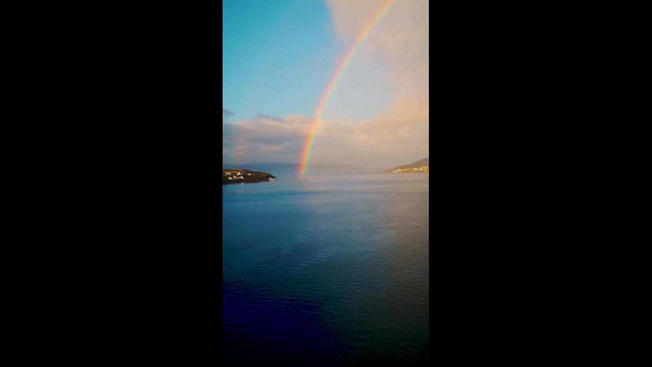 Arco-íris perfeito, os fenômenos naturais são mágico