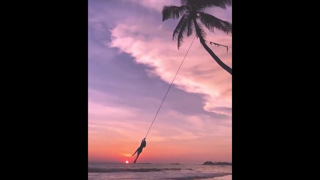 Balanço na beira da praia com lindo por do sol ao fundo
