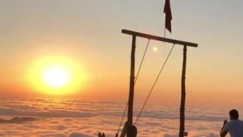 Balanço No Alto De Uma Montanha Em Pleno Por Do Sol, Veja Que Lindo!