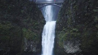 Belíssima Cachoeira Em Algum Lugar Do Mundo, Veja Esta Queda D'Água!