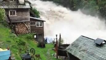 Casa Construída Na Beira De Um Rio, Quando Chove A Queda D'Água Fica Forte!