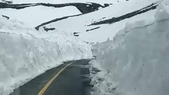 Estrada Com Neve Nas Laterias, Olha Só A Altura De Neve Quase Forma Uma Parede!