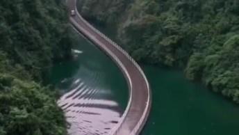 Estrada Com Passagem Entre Montanhas E Lago, Veja Que Lindo!