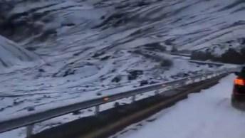 Estrada Entre Montanhas Coberta De Neve, Olha Só Que Lindo!