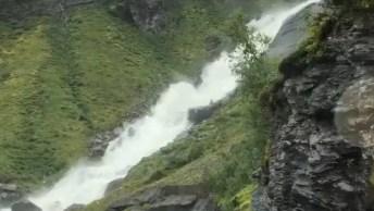 Estrada Na Noruega Com Cachoeira Que Passa Por Baixo Dela, Confira!