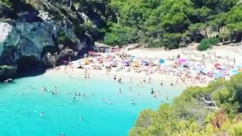 Imagens De Uma Linda Praia Na Espanha, As Águas Azuis São Maravilhosas!