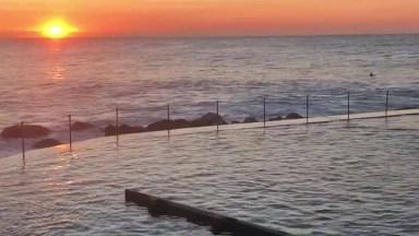 Lindo Por Do Sol A Beira Mar, Com Uma Piscina De Borda Infinita!