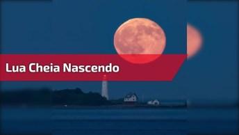 Lua Cheia Nascendo Atrás Do Farol, Veja Que Imagem Sensacional!
