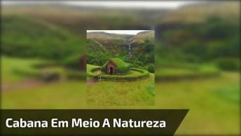Montanha Com Cabana Cercada Pela Mãe Natureza, Uma Belíssima Imagem!