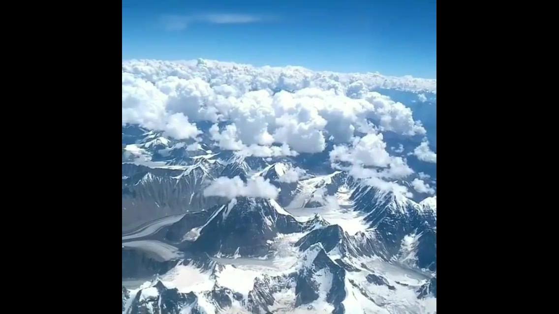Montanhas cobertas de neve vista de cima