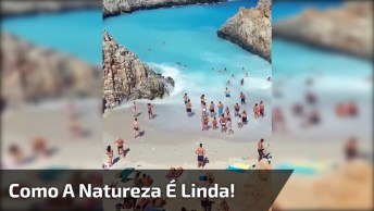 Natureza Maravilhosa, Veja Que Praia Linda, Com Água De Cor Azul Intensa!