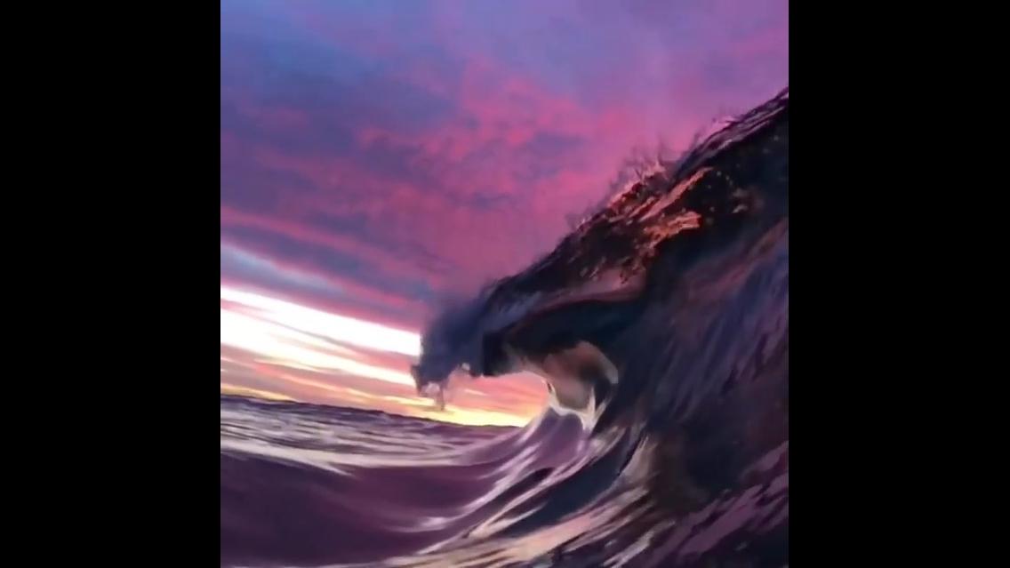Onda do mar em pleno por do sol