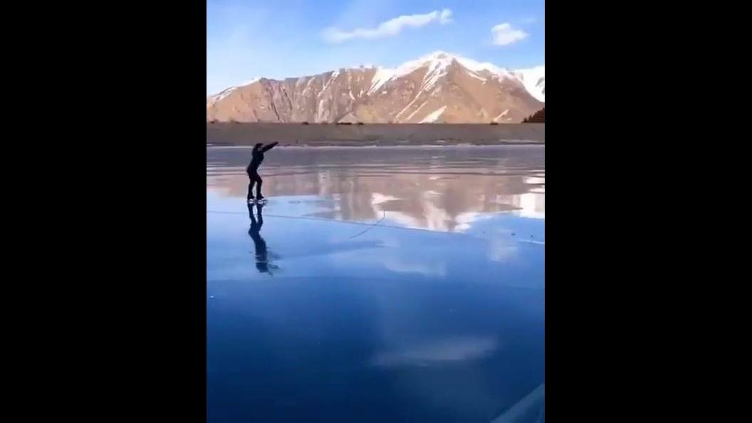 Patinação em lago congelado