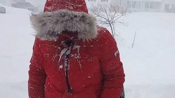 Pessoas Brincando Com A Neve, Todas As Estações São Maravilhosas!