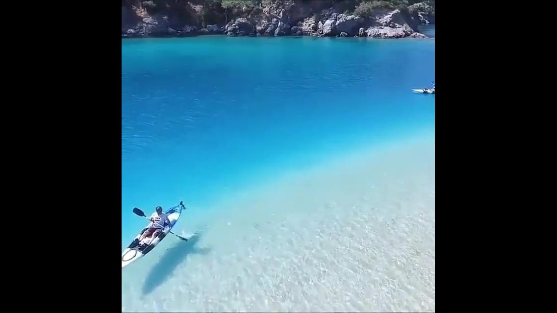 Praia com água cristalina