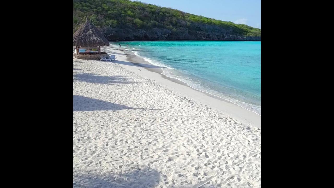 Praia com água cristalinas um verdadeiro paraíso na terra olha só que lindo