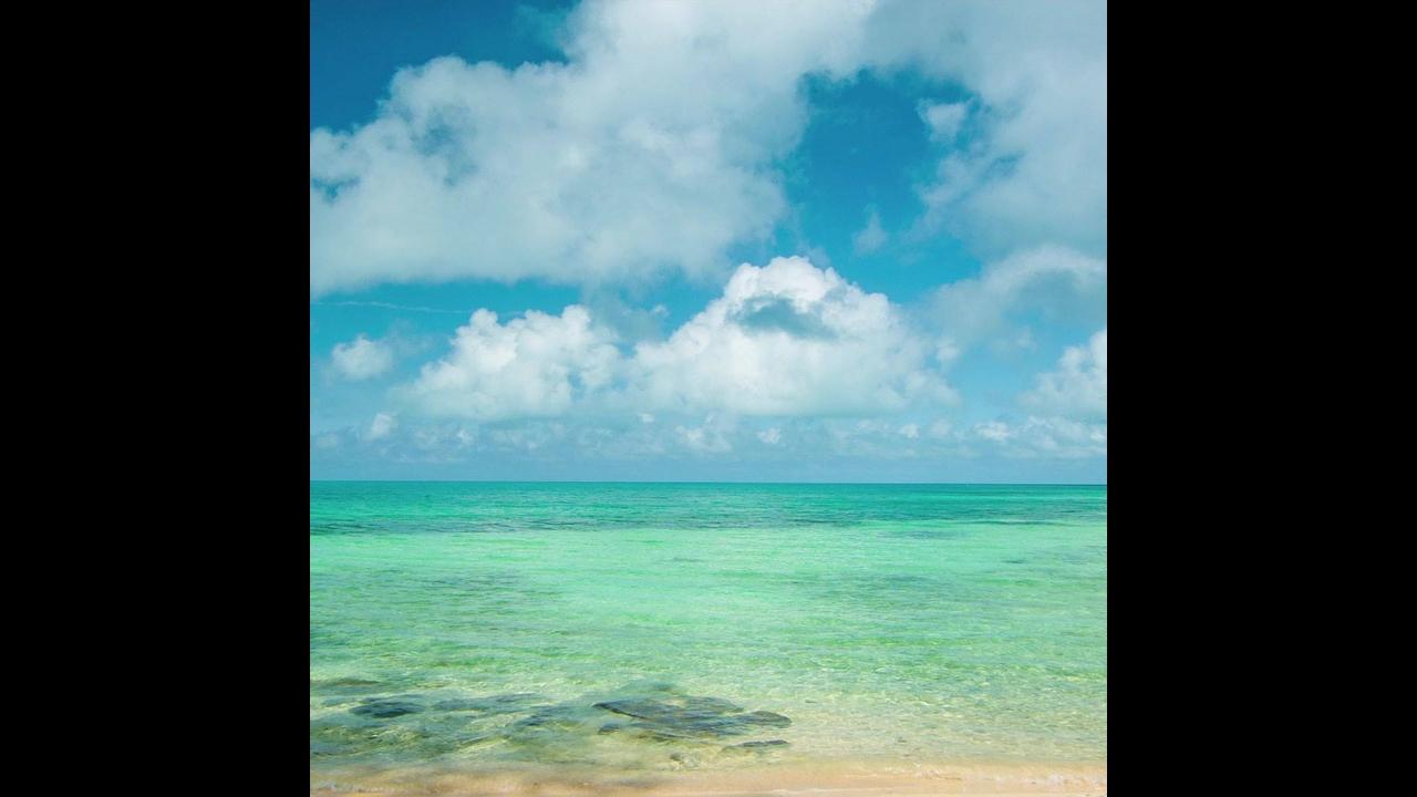 Praia com águas cristalinas, em algum lugar do mundo
