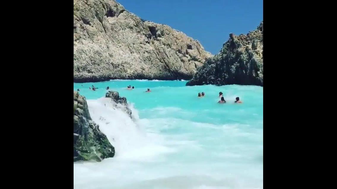 Praia com águas esverdeadas na Grécia