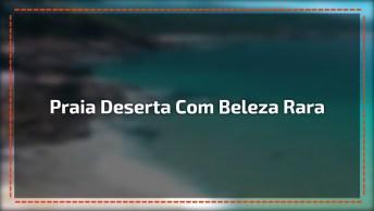 Praia Deserta Com Águas Cristalinas Azuis E Areia Branca, Que Lindo!
