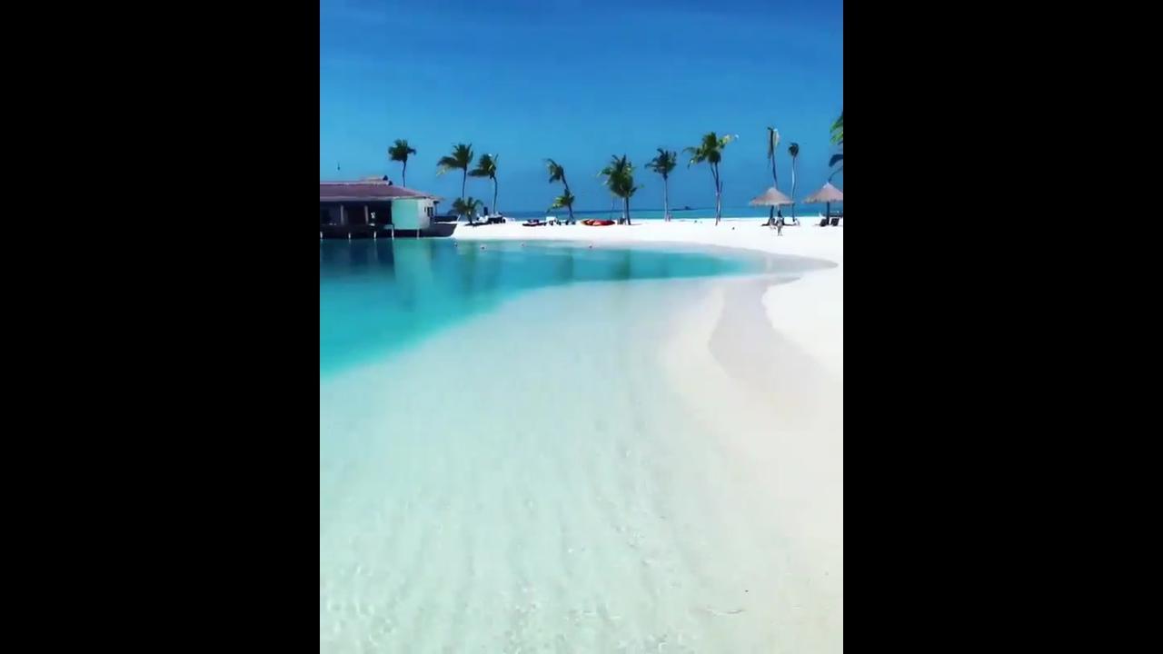 Praia na Ilha Maldivas, veja que lugar espetacular com águas cristalinas!!!