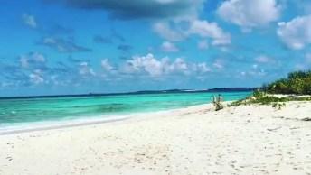 Praia Paradisíaca Em Algum Lugar Do Mundo, Veja Que Águas Claras!